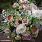 Ramo de novia de rosas y flores silvestres